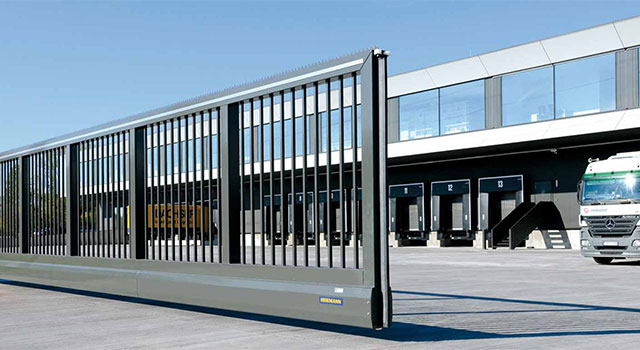 Hofschiebetore sind die ideale Sicherung breiter Durchfahrten.