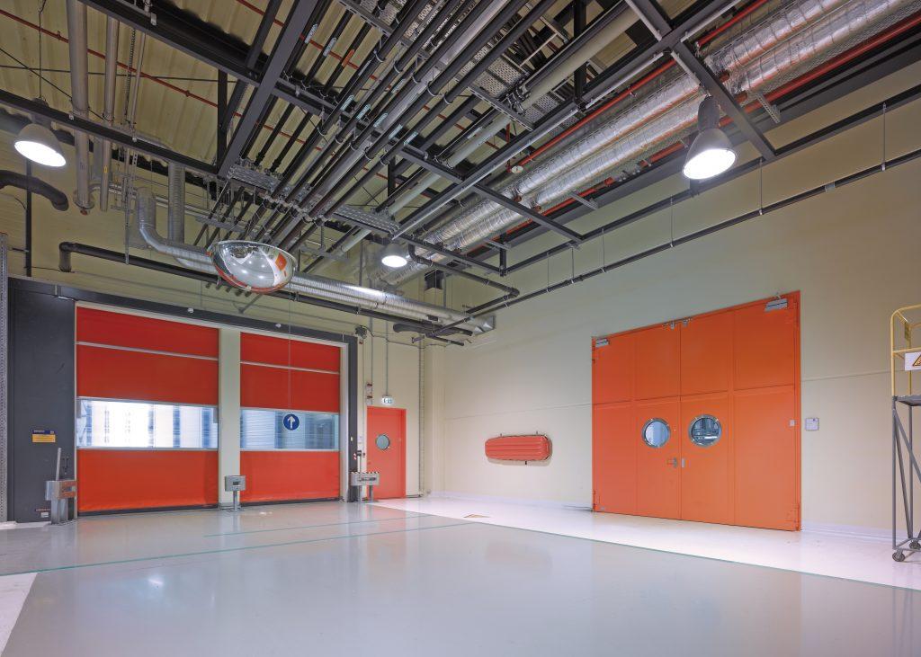 Industrietor in orange als Ein- und Ausfahrt