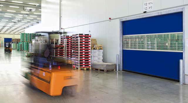 Schnelllauftor in einer Produktionshalle