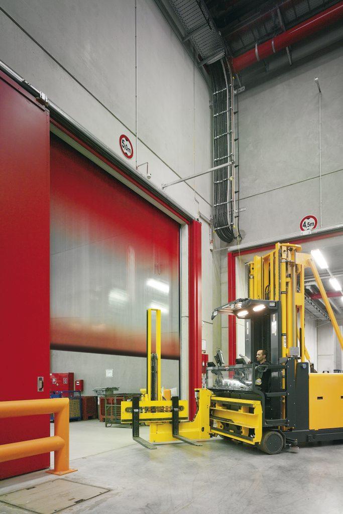 Schnelllauftor Produktionshalle mit halbtransparentem Behang
